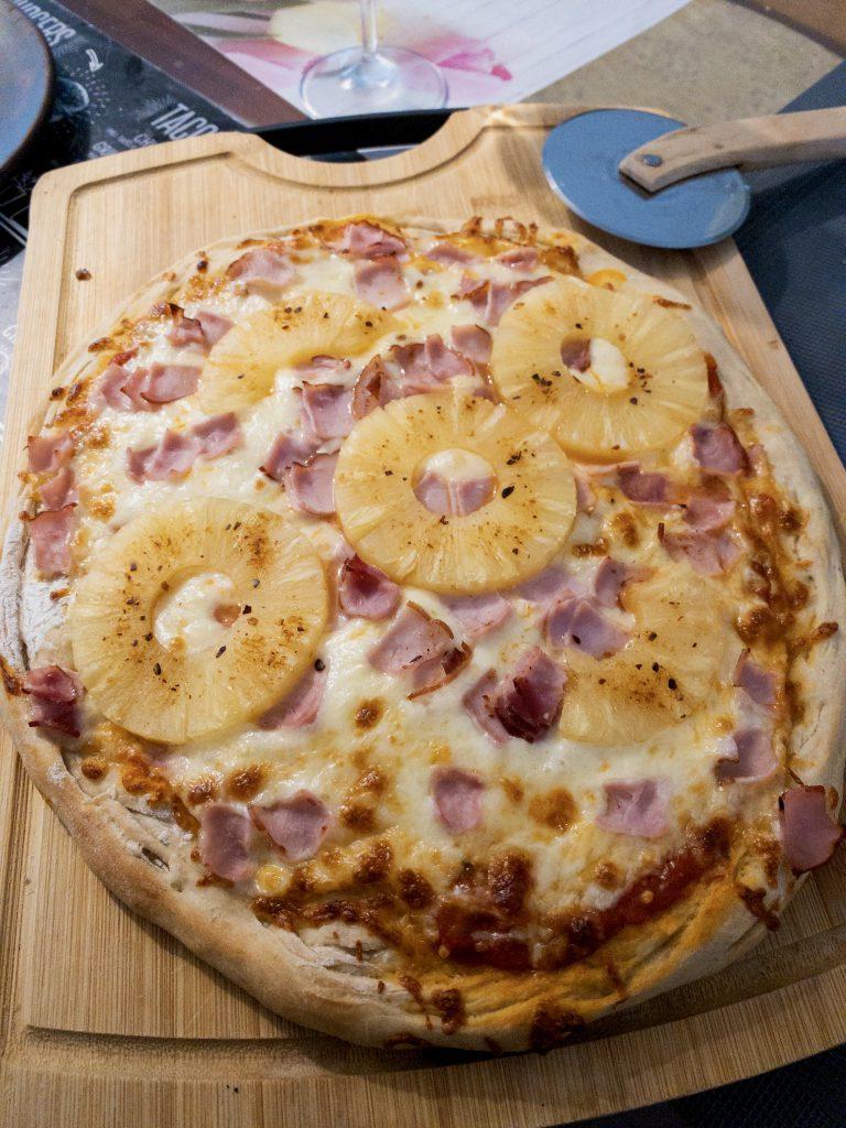 pizza hawajska z ananasami
