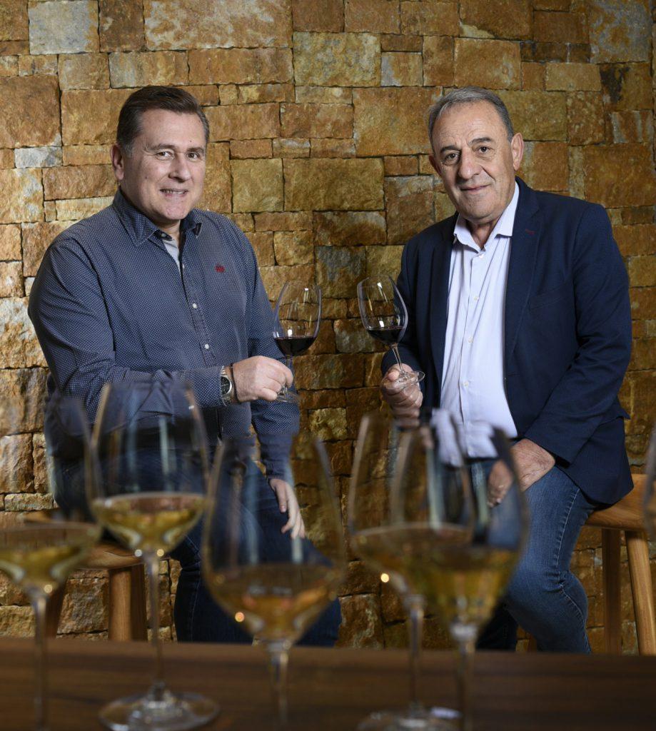 Makis Mavridis (od prawej strony) and the chemist, oenologist Angelos Iatridis (po lewej stronie).