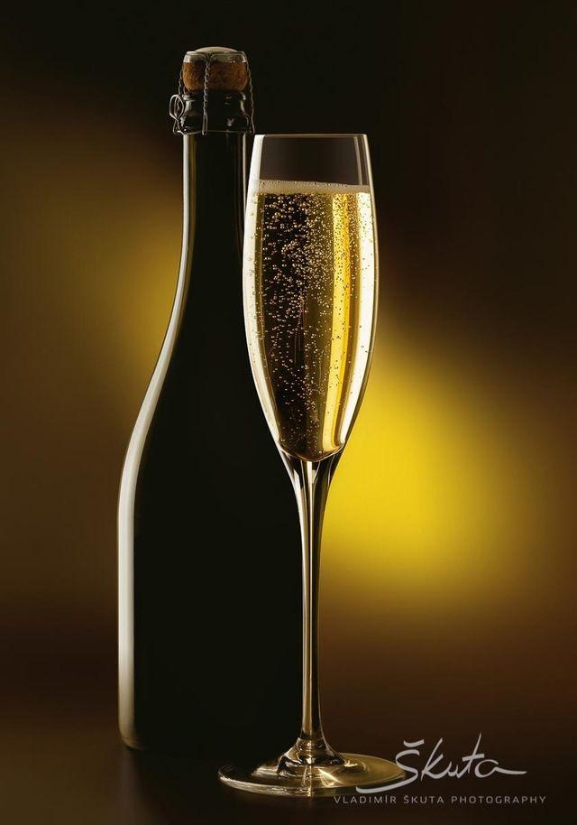 butelka i kieliszek wina musującego
